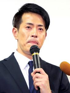 11日の謝罪会見で涙ぐみながら引退の意思を明かした純烈・友井雄亮