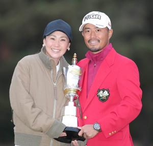 古閑美保さん(左)と小平智夫妻