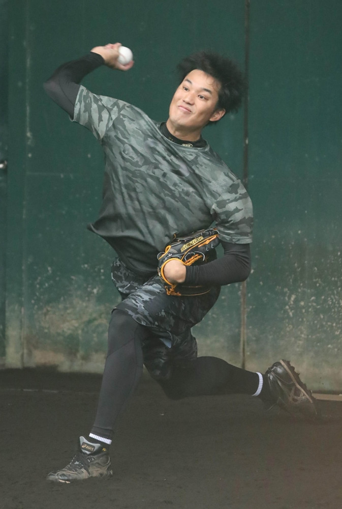 ブルペンで投球練習をする阪神・藤浪