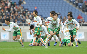 PK戦の末に決勝進出を決め、駆け出す青森山田イレブン