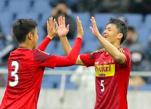 前半42分、チーム3点目を決め、須永竜生(左)と喜ぶ流通経大柏・関川郁万