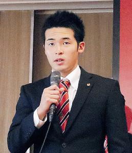 仙台から移籍し、11日の会見で意気込みを語った金沢・小島