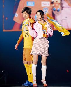 Nikiとポーズを取る松原(左)
