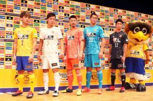 新ユニホームを披露する(左から)永戸、椎橋、関、川浪、ユースの金子、ベガッ太