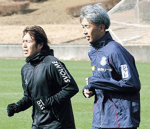 松橋(左)と並んで走る新井