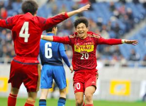 前半10分、チーム2点目を決め歓喜する流通経大柏・藤井海和(カメラ・宮崎 亮太)