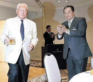 近鉄バファローズOB親睦会で乾杯を行った鈴木啓示氏(左)(右は梨田昌孝氏)