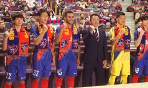 F東京の新体制発表に参加した長谷川監督(左から4番目)ら