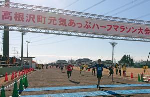 高根沢町元気アップハーフマラソン大会の50歳以上10キロの部で43分4秒でゴールする東海大の両角速監督