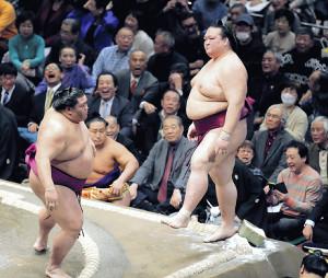 御嶽海(左)に押し出しで敗れ顔をしかめる稀勢の里。見守った相撲ファンからも「あー」と声が漏れた(カメラ・清水 武)