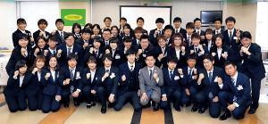 ゲストの高山勝成(前列右から5人目)とともにポーズを決め、笑顔を見せる各大学の学生たち