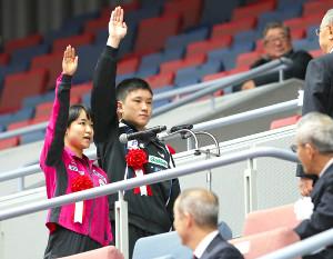 開会式で選手宣誓する伊藤美誠(左)と張本智和