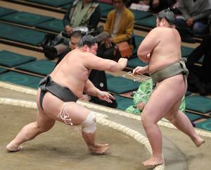 貴健斗(右)を押し出した宇良