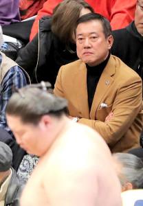 大相撲を観戦する原辰徳監督