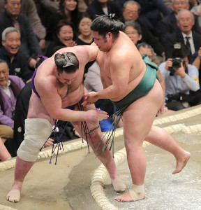 錦木(右)は上手投げで栃ノ心を破る