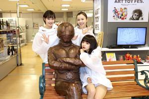 石ノ森章太郎生誕80周年記念展のアンバサダーに就任し、仮面ライダーと記念撮影するMELLOW MELLOWのSENA(前)と(後列左から)MAMI、HINA