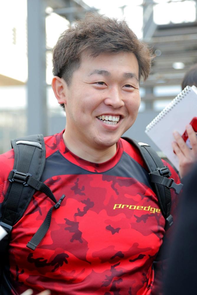 練習後、笑顔を見せる広島・菊池保