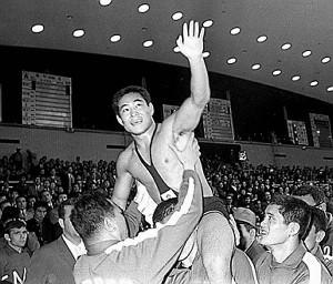 64年東京五輪レスリング・フェザー級で金メダルを獲得し肩車された渡辺