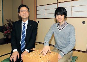 将棋盤を前に笑顔を見せる森下卓九段(左)と森下大地の親子(カメラ・小泉 洋樹)
