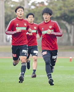 走り込みのメニューをこなす田中(手前右、左は椎橋)