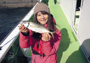 由梨ちゃんが釣った32センチの良型アジ(関義丸で)