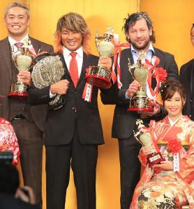 記念撮影に収まる(後列左から)オカダ・カズチカ、棚橋弘至、ケニー・オメガ。前列右は藤本つかさ