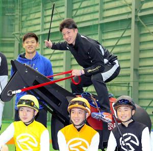 競馬学校騎手課程35期生と交流を持った吉田輝星。(奥は野村佑希、手前左から、斎藤新、團野大成、大塚海渡)