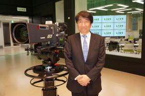 大阪・梅田茶屋町の毎日放送(MBS)M館に新設した「MBSライブセンター」をお披露目した三村景一社長