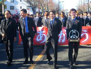 昨年のACL優勝記念イベントを行った鹿島の内田篤人(前列右から2番目)ら