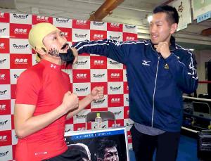 次戦の発表会見を開いた岡田博喜(右)と対戦相手・ベルトランのコスプレで同席した同門の小国以載(左)