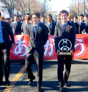 ACL優勝記念イベントを行った(手前左から)内田、三竿ら鹿島イレブン