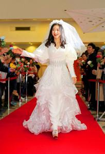 ウェディングドレスでイベントに登場した倉木麻衣