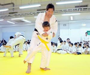 報知新聞東京本社の3階に作られた柔道場の道場開きに参加した子供たちはゲストの篠原信一さん(手前上)と乱取り