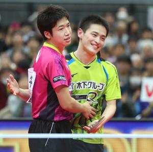 男子シングルス決勝で水谷に敗れた大島(右)