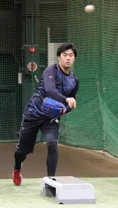 自主トレを公開し、投球練習を行った楽天の由規