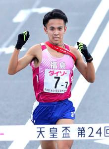 ガッツポーズで初優勝のゴールテープを切る福島のアンカー・相沢(カメラ・石田 順平)