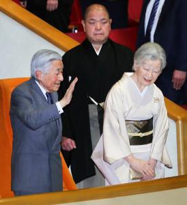 大相撲初場所を観戦される天皇、皇后両陛下(後ろは八角理事長)