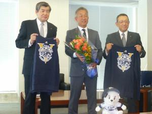 古巣の日本通運に優勝報告した辻監督(左は日本通運の渡辺健二会長、右は斎藤充社長)
