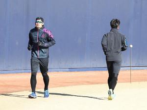 インフルエンザが完治し、練習に戻って来た大田(左)。同様にインフルエンザでダウンしていた宮台とすれ違う