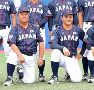 17年8月、U―18W杯前の練習試合で集合写真に納まる小枝監督(左)と清宮主将