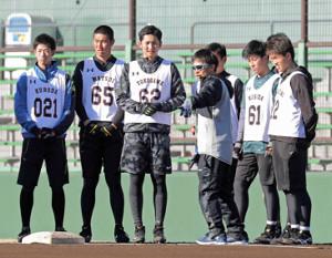 ベースランニングについての話を聞く(左から)黒田、松井、横川(1人おいて)増田、高橋