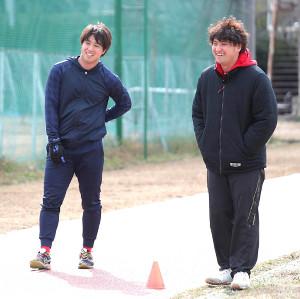 広島・野村祐輔(左)と弟の航平さん
