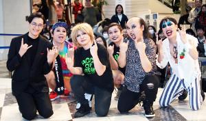 都内で新アルバム「Communication」の発売イベントを行った海蔵亮太(左)とOPアクトを務めた「禿夢」(左から1人おいて)ETチャン、ヨシユキ、コウタロック、キク、タカマサ