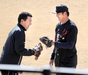 キャッチボールを終えグラブタッチする岩隈(右)と高木1軍サブマネジャー