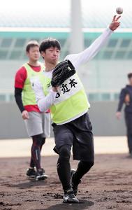 合同自主トレでノックを受けて返球する阪神・近本光司