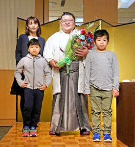 引退会見で花束を手に笑顔を見せる豪風(奥左は成田直美夫人、手前右は長男・海知くん、同左は長女・稔音ちゃん)