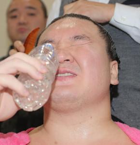連勝が止まり渋い表情で水を飲む白鵬(カメラ・清水 武)