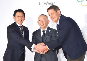 手を合わせる(左から)桑原尚郎執行役員、柳井正会長兼社長、ピーターレイネボスウェーデン五輪委員会CEO