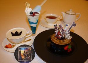 ディズニーアンバサダーホテルの「キングダム ハーツ」スペシャルメニュー(左からドリンク、パフェ、ケーキセット)
