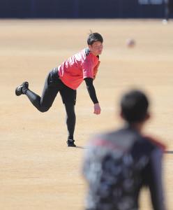 柿木蓮(手前)とキャッチボールをする吉田輝星